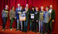 © Hörnemann  2. Preis für Schüler der Video-AG der Ludgerus-Schule Vechta. Mit dabei Doris Janßen vom Casablanca Kino (l.), Sabine Molitor von O1 (2.v.l.), Dr. Ludger Heuer (3.v.l.), Uwe Kathmann, Vorstand der Schulstiftung St. Benedikt (6.v.l.) und der betreuende Lehrer René Partmann (r.).